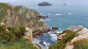 Das Cabo de Peñas mit der vorgelagerten kleinen Insel Isla de la Herbosa