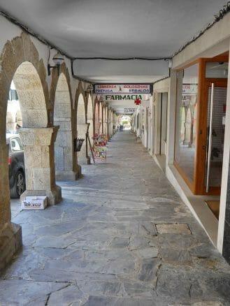 Arkadengänge säumen die Hauptstraße von Portomarín