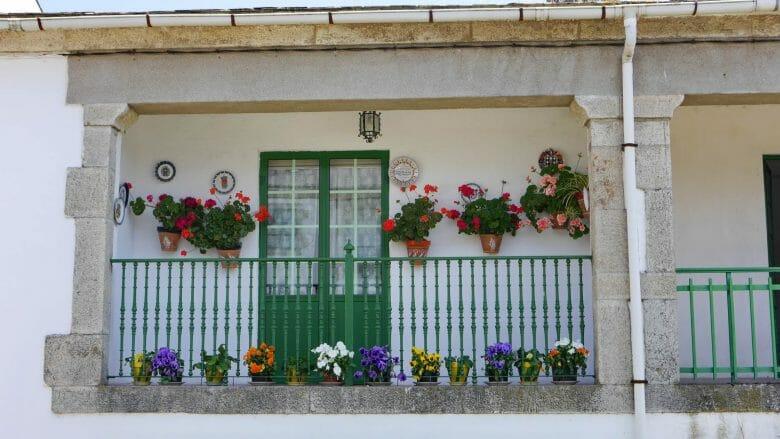 Viele Balkone sind mit Blumen dekoriert