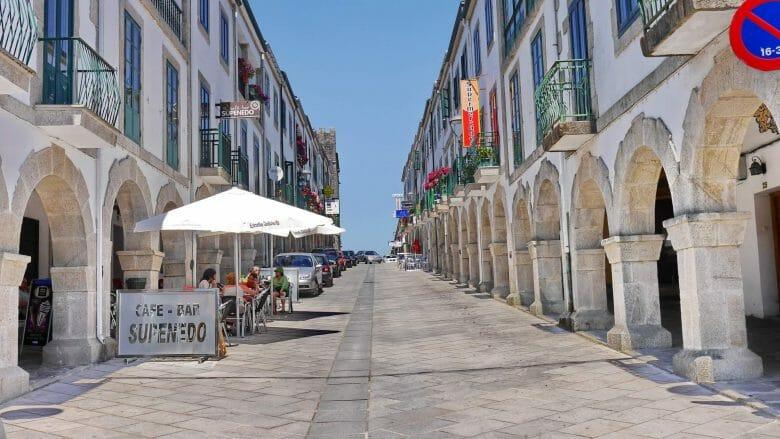 Blick in die Hauptstraße mit Bogengängen auf beiden Seiten
