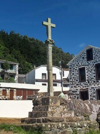 Cruceiro vor der Kirche