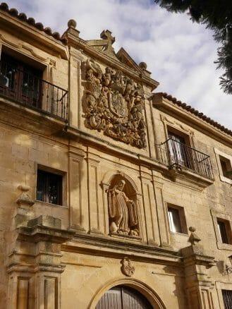 Wappen über dem Eingang zum Kloster Santo Domingo de Silos