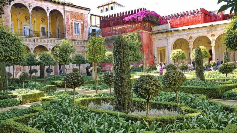 Der Garten der Casa de Pilatos in der nördlichen Altstadt von Sevilla