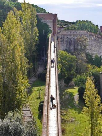 Rundgang auf der Stadtmauer von Girona