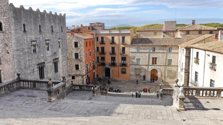 Der Platz vor der Kathedrale von Girona (Plaça de la Catedral)