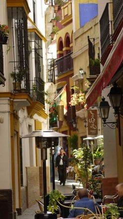 Schmale Gasse im Viertel Santa Cruz in der Altstadt von Sevilla
