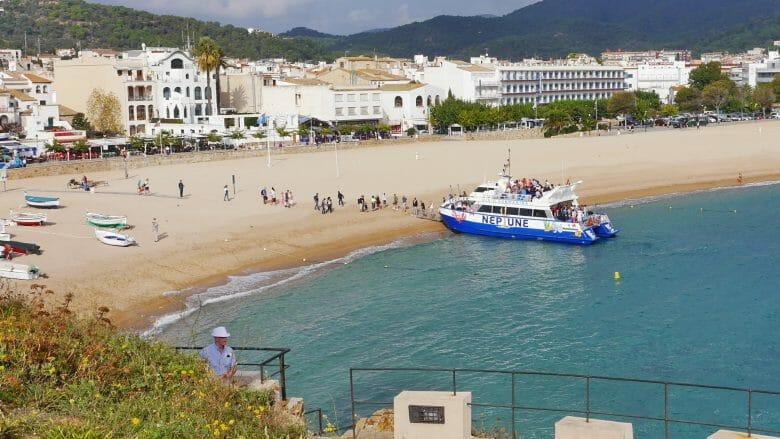Ein Ausflugsschiff am Strand von Tossa de Mar