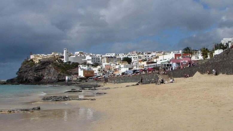 Blick von Strand auf Strandpromenade von Morro Jable