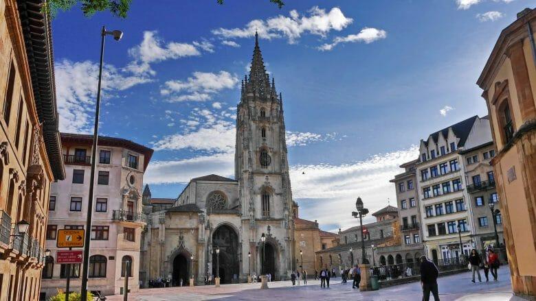 Kathedrale San Salvador von Oviedo, rechts daneben die Kirche San Tirso