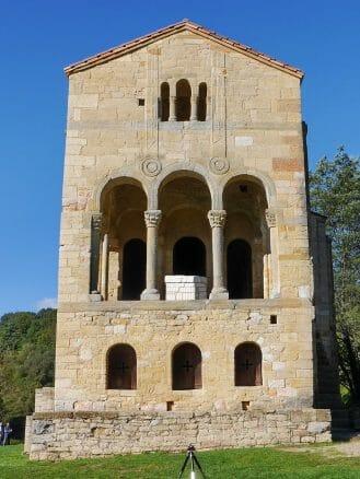 Die Kirche Santa María del Naranco in Oviedo