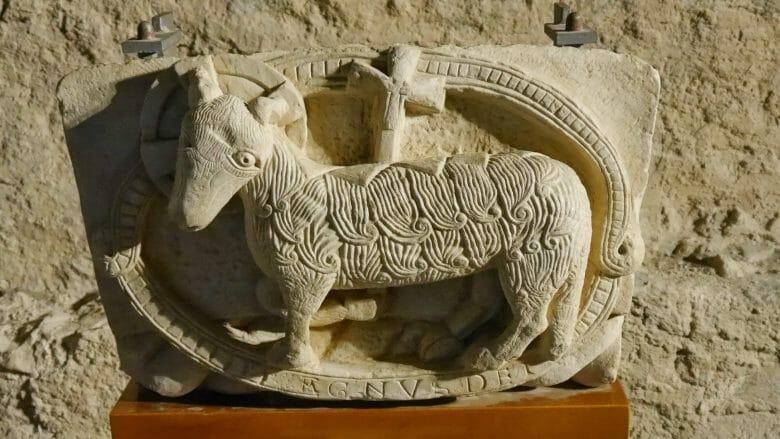 Sant Pere de Rodes: Kopie eines Agnus Dei des ehemaligen Kirchenportals des Meisters von Cabestany