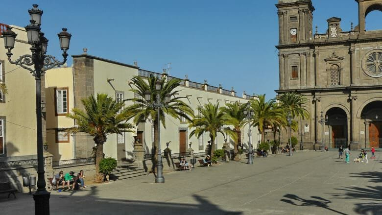 Plaza de Santa Ana mit der Kathedrale und dem Bischofspalast