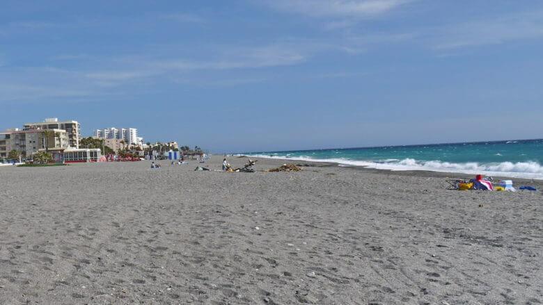 Der Strand von Salobreña besteht überwiegend aus feinem Kies