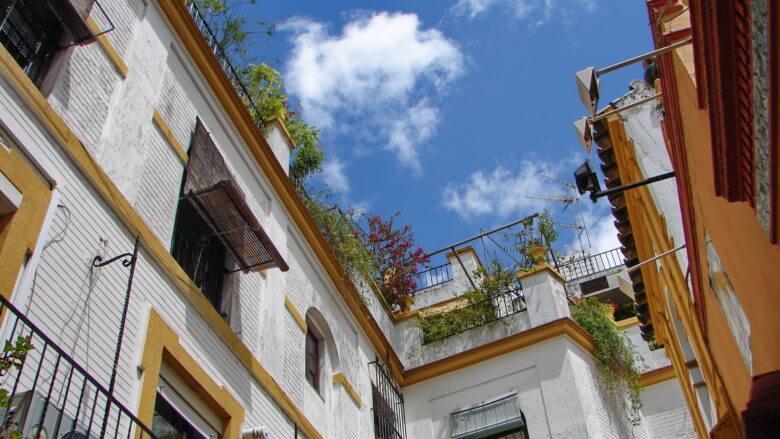 Blauer Himmel über den weißen Häusern des Barrios de Santa Cruz in Sevilla