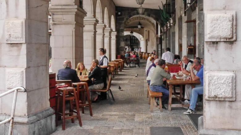 Restaurant unter den Arkaden des Rathausplatzes