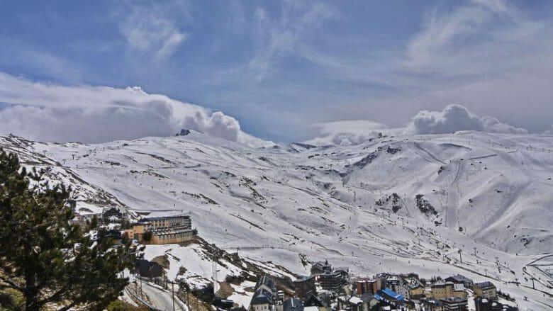 Der Wintersportort Pradollano mit dem Skigebiet am Pico del Veleta