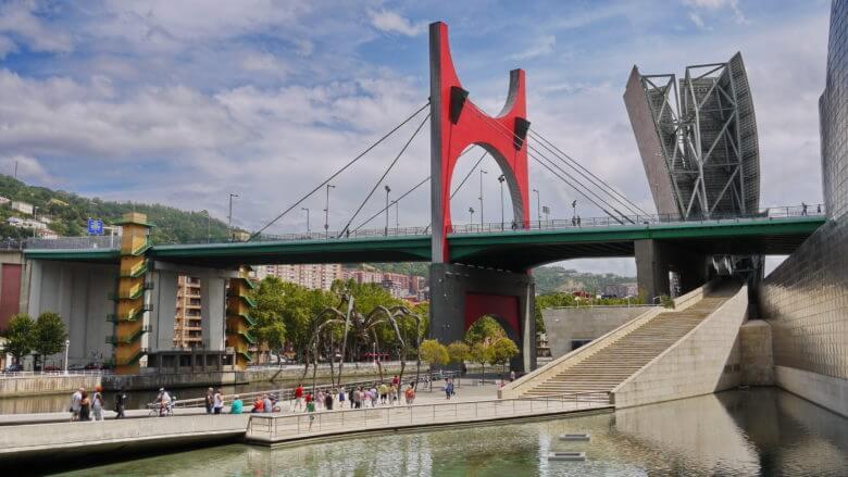 Puente de La Salve über den Fluss Nervión am Guggenheim-Museum in Bilbao