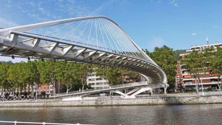 Die Brücke Zubizuri (Weiße Brücke) des Architekten Santiago Calatrava über den Fluss