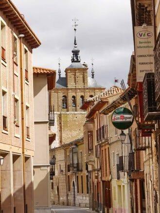 Gasse in Tordesillas mit dem wuchtigen Glockenturm von San Pedro im Hintergrund
