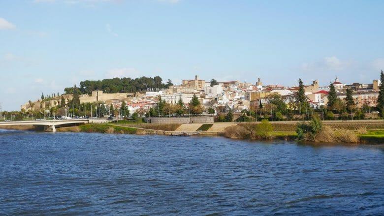 Die Stadt Badajoz am Fluss Guadiana