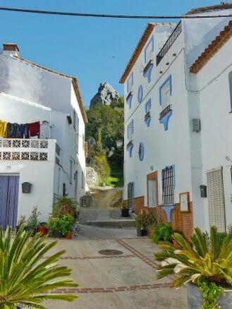 Weiße Häuser mit kleinen Balkonen und blauen Absätzen