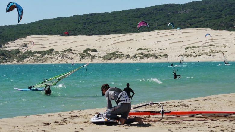 Surfer am Strand von Tarifa im März