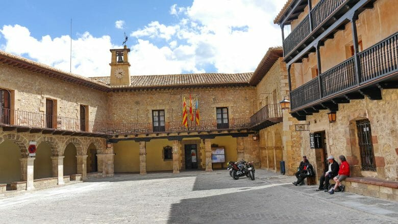 Plaza Mayor mit dem Rathaus von Albarracín (Aragón)