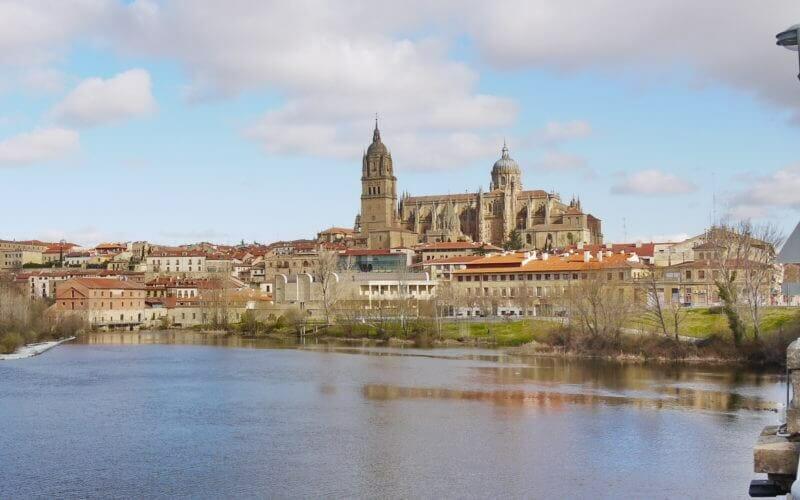 Blick vom Ufer des Flusses Tormes auf die Altstadt von Salamanca mit den beiden Kathedralen