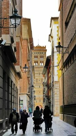 Blick durch die Calle de los Amantes auf den Turm von San Martín
