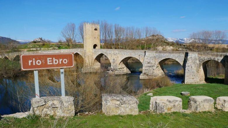Mittelalterliche Brücke bei über den Ebro