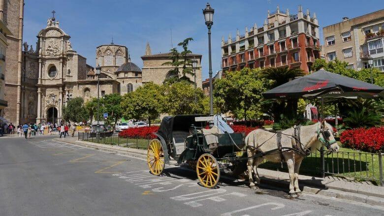 Auf der Plaça de la Reina warten Kutschen für eine Stadtrundfahrt