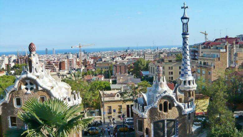 Blick vom Park Guell auf Barcelona und das Meer