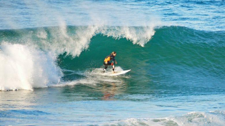 Surfer auf der Welle von Mundaka