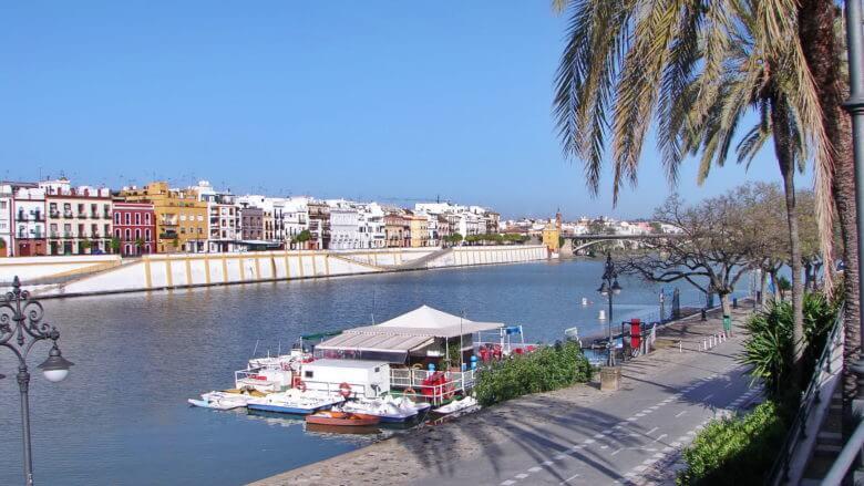 Der Fluss Guadalquivir fließt mitten durch Sevilla