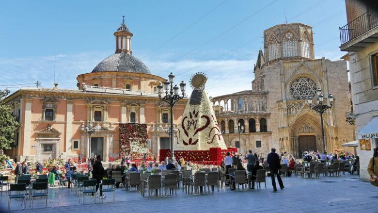 Der zentrale Platz Plaza de la Virgen nach dem Frühlingsfest der Fallas