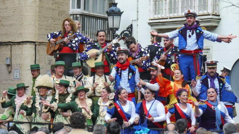 Musikgruppe in voller Aktion während des Karnevals in Cádiz