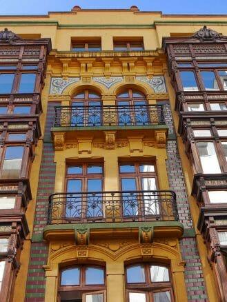 Modernistische Fassade in der Altstadt von Gijon