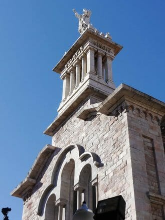 Basilika del Sagrado Corazón mit der Jesusstandbild auf 50 Meter Höhe