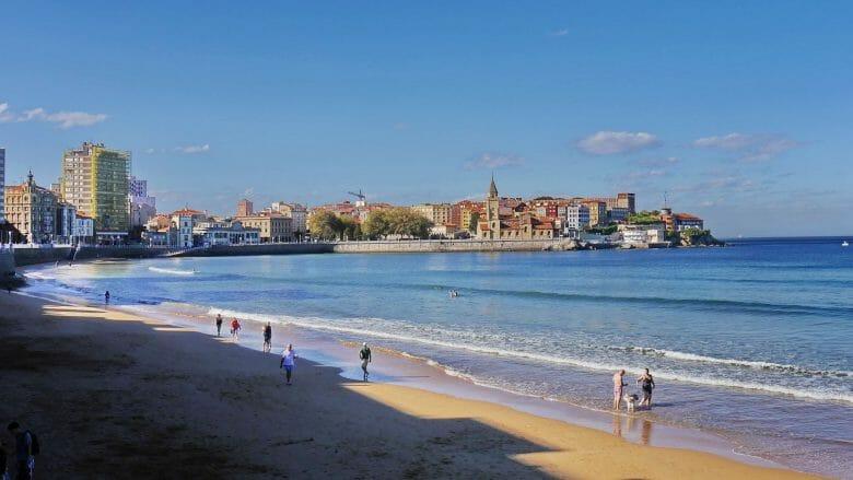 Stadtstrand Playa de San Lorenzo mit der Altstadt Gijón im Hintergrund
