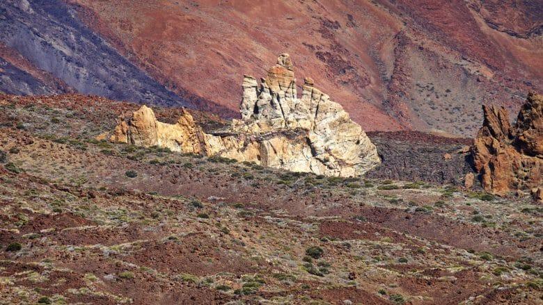 Bizarre Felsformationen in einer erdfarbenen rauen Umgebung
