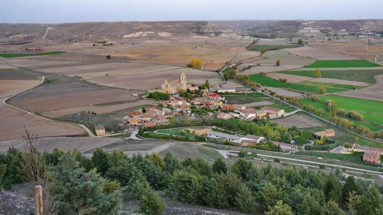 Blick auf die Stiftskirche Colegiata Santa Maria del Manzano