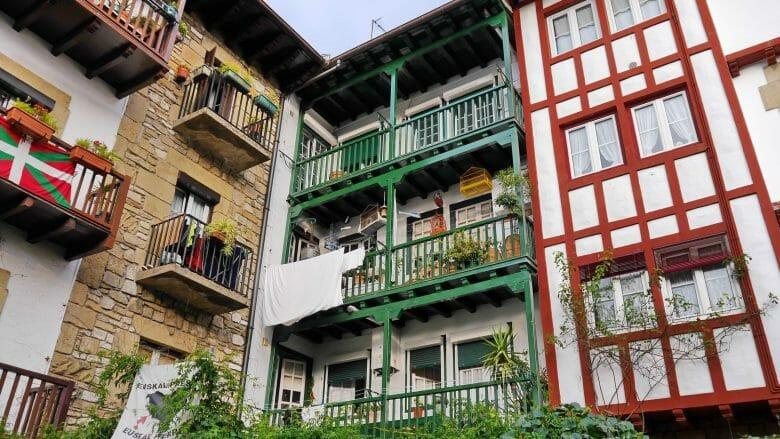 Farbige Häuser mit Fachwerk und Holzbalkonen prägen das Stadtbild