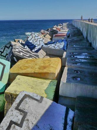 Die Cubos de la Memoria von Agustín Ibarrola am Hafen von Llanes