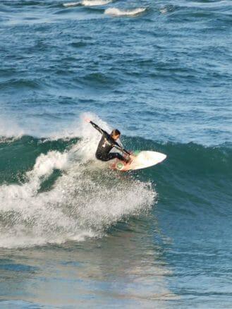 Surfer vor der Küste