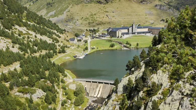 Das Sanktuarium von Núria mit dem Stausee in den Pyrenäen