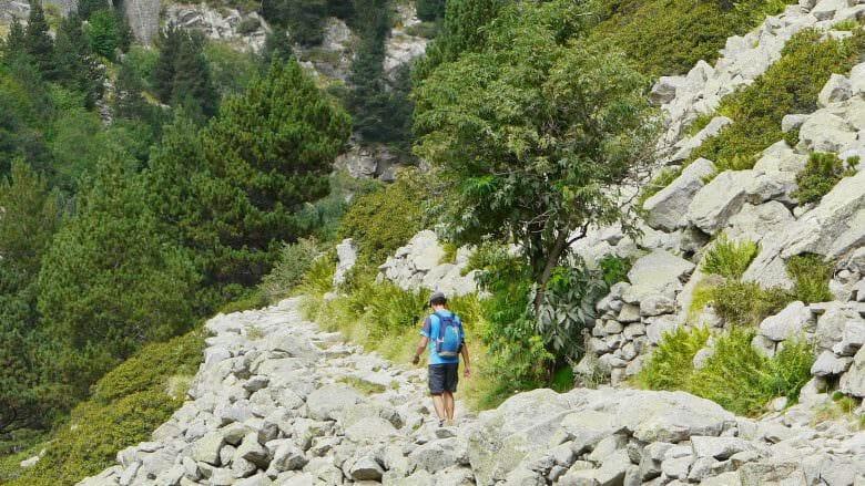 Wanderer auf dem Wanderweg Camí Vel von Núria nach Queralbs