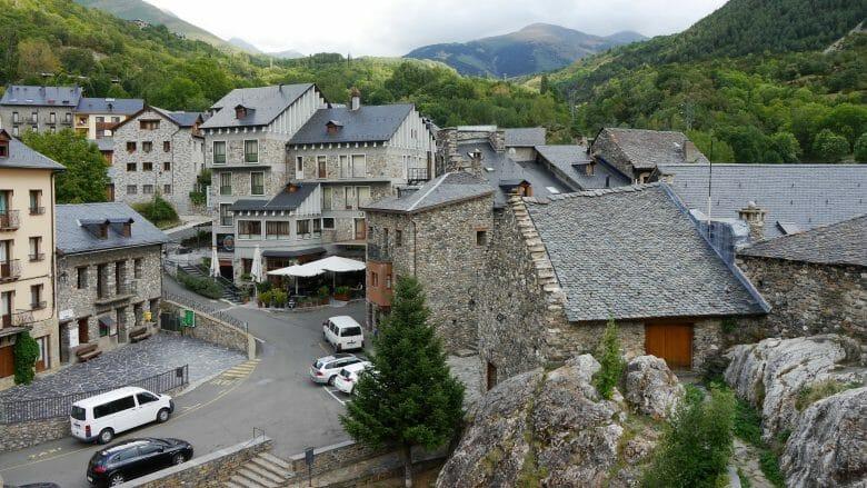 Steinhäuser mit Schieferdächern in Dorf Boí