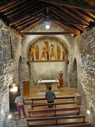 In der Kirche Santa Eulàlia in Erill la Val mit Holzfiguren aus den 12. und 13. Jahrhundert,