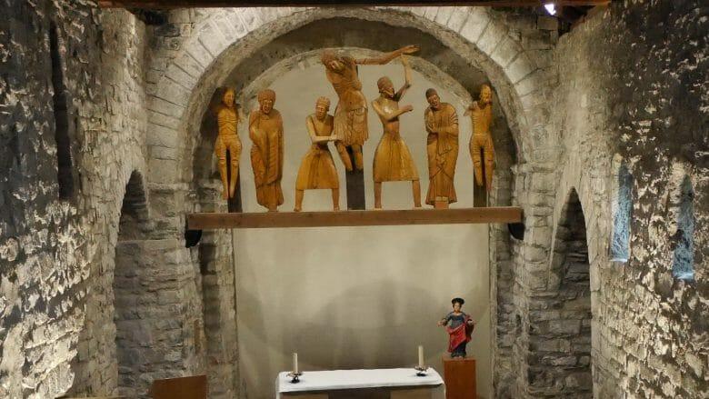 Die Figurengruppe in der Kirche von Erill la Val stellt die Kreuzabnahme Jesu dar