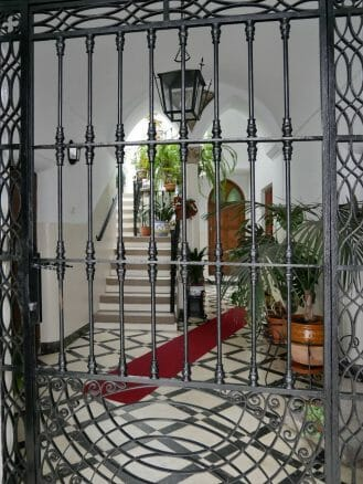 Typischer Hauseingang mit Gitter aus Eisen